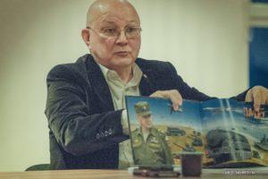 Александр Шаравин демонстрирует альбом